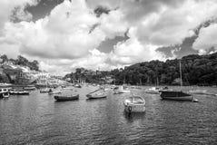 Łodzie i jachty przy rzecznym schronieniem w Fowey, UK Zdjęcie Royalty Free