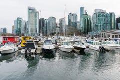 Łodzie i jachty z highrise budynkami w Vancouver, Kanada Zdjęcia Stock