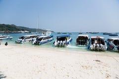 Łodzie na brzeg wyspa Phi Phi Doh, Tajlandia Obraz Stock