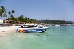 Łodzie na brzeg wyspa Phi Phi Doh, Tajlandia Obrazy Stock
