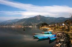 Łodzie na Himalajskim jeziorze Zdjęcia Stock