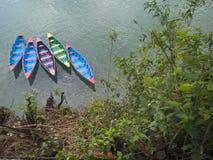 Łodzie na jeziorze Pokhara, Nepal Zdjęcie Stock