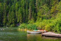 Łodzie na jeziorze przy zmierzchem Obraz Royalty Free