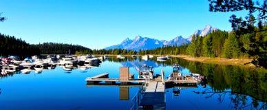 Łodzie na jeziorze w Uroczystym Teton parku narodowym Obraz Royalty Free