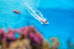 Łodzie na lazurowym morzu przeciw kwiatom Zdjęcie Stock