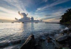 Łodzie na morzu przy zmierzchem Zdjęcia Stock