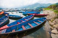 Łodzie na Phewa jeziorze, Pokhara, Nepal Zdjęcie Stock