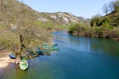 Łodzie na Rijeka Crnojevica blisko jeziornego Skadar, Montenegro Obrazy Royalty Free