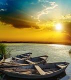 Łodzie na rzece pod zmierzchem Fotografia Stock