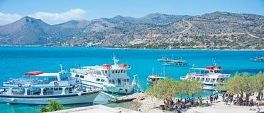 Łodzie odwiedza Spinalonga wyspę Obraz Royalty Free