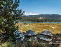 Łodzie przy Basowym jeziorem - Kalifornia obrazy stock