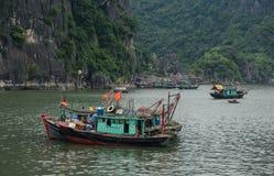 Łodzie przy jetty w Quang Ninh, Wietnam Obrazy Royalty Free