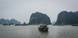 Łodzie przy jetty w Quang Ninh, Wietnam Zdjęcia Stock
