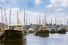 Łodzie przy marina Huizen. Obrazy Royalty Free