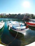 Łodzie przy Voulismeni jeziorem w Agios Nikolaos. Crete Zdjęcia Stock
