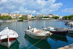 Łodzie przy Vulismeni jeziorem w Agios Nikolaos, Grecja, Crete Zdjęcie Royalty Free