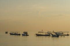 łodzie przy zmierzchem przy morzem Obrazy Royalty Free