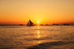 Łodzie relaksuje na morzu przy zmierzchem, Filipiny Obraz Royalty Free