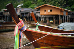 Łodzie rybackie i domy na stilts, Ko Lanta, Tajlandia Obraz Royalty Free