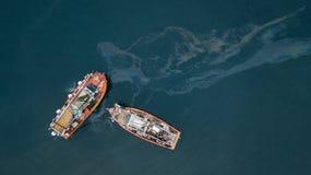 Łodzie rybackie i wyciek ropy obraz royalty free