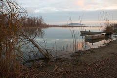Łodzie rybackie na jeziorze przy zmierzchem prawie Zdjęcia Royalty Free