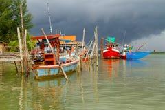 Łodzie rybackie przy rzeką w Koh Kho Khao Zdjęcie Royalty Free