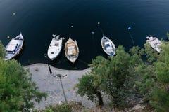 Łodzie rybackie przy Voulismeni jeziorem w Agios Nikolaos Obrazy Royalty Free