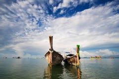Łodzie rybackie w morzu, Krabi, Tajlandia Zdjęcie Stock