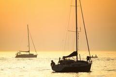 Łodzie w Adriatyckim morzu przy zmierzchem Obrazy Stock