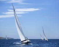 Łodzie w żeglowania regatta Rzędy luksusowi jachty przy marina dokiem obrazy royalty free