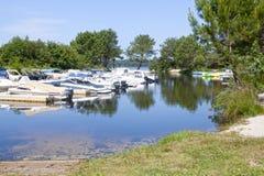 Łodzie w jeziorze z odbiciem one Zdjęcia Stock