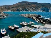 Łodzie w schronieniu na Milos wyspie (Grecja) Zdjęcia Royalty Free