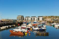 Łodzie w zachód zatoki schronienia Dorset UK jasnym niebieskim niebie Obraz Stock