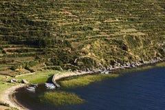 Łodzie w zatoce na Isla Del Zol w Jeziornym Titicaca, Boliwia Obraz Royalty Free