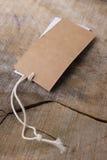 Odziewać etykietki na drewnianym tle Zdjęcia Royalty Free
