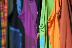 odziewa kolorowego obwieszenia rynku kram Fotografia Royalty Free