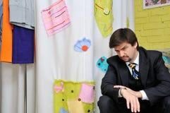 odziewa mężczyzna czekanie sklepowego siedzącego fotografia royalty free
