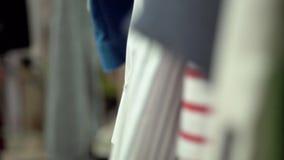 Odziewa na stojakach zbiory wideo