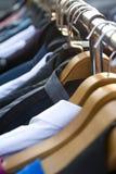 Odziewa na stojakach Fotografia Stock