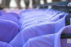 Odziewa na ubrania poręczu w sklepie odzieżowym Wnętrze mody ujścia sklep Obrazy Royalty Free