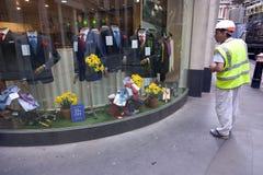 Odziewa sklep z kostiumami dla biznesowych mężczyzna w mieście London z Zdjęcie Royalty Free