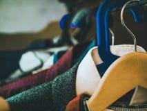 Odziewa ważenia na stojaku w szafie fotografia royalty free
