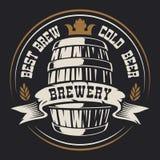 Odznaka z baryłką piwo na ciemnym tle royalty ilustracja