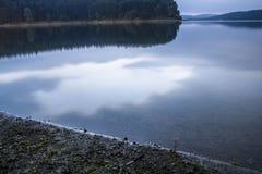 Odzwierciedlać jezioro wodę w ranku Zdjęcie Stock