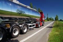 Odzwierciedlający krajobrazowego chromu cysternową ciężarówkę poruszającą na autostradzie Zdjęcia Royalty Free