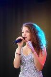Oefa 27 FEBRUARI: Het ensemble presteert op stadium tijdens Russisch Festival bij MEGAhandelscentrum in de stad van Oefa, Rusland Royalty-vrije Stock Afbeeldingen