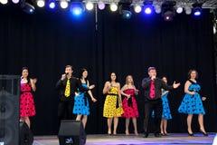 Oefa 27 FEBRUARI: Het ensemble presteert op stadium tijdens Russisch Festival bij MEGAhandelscentrum in de stad van Oefa, Rusland Royalty-vrije Stock Foto