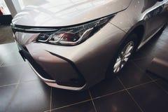 Oefa, Rusland - 14 Februari 2019 Nagelnieuw Toyota Corolla kwam aan het handel drijven aan Zwart polijst auto met de nummerplaat  royalty-vrije stock afbeeldingen