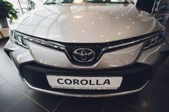 Oefa, Rusland - 14 Februari 2019 Nagelnieuw Toyota Corolla kwam aan het handel drijven aan Zwart polijst auto met de nummerplaat  royalty-vrije stock afbeelding