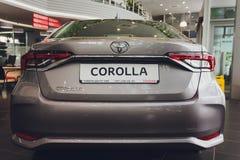 Oefa, Rusland - 14 Februari 2019 Nagelnieuw Toyota Corolla kwam aan het handel drijven aan Zwart polijst auto met de nummerplaat  royalty-vrije stock foto's
